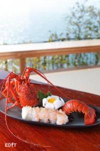 日間賀観光ホテルの一番人気「伊勢海老を使った知多前姿寿司」 旬の魚介を豪快に盛った一皿は目でも楽しめます