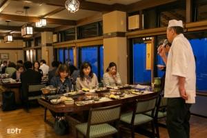 食事前に料理説明をする 小伴天の長田さん