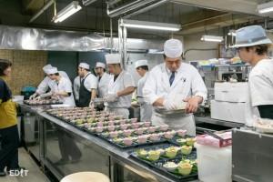 日間賀観光ホテルの厨房では 多くの料理人が作業していた